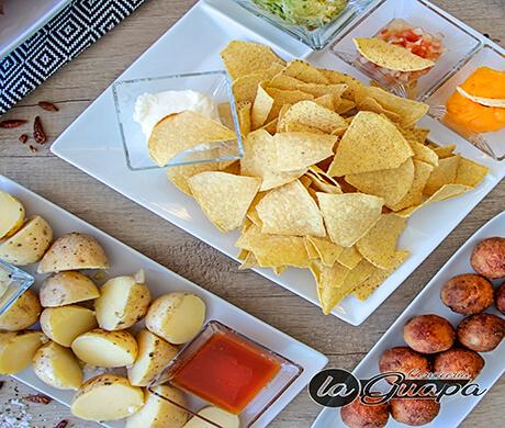 unos nachos con guacamole en un restaurantes alcobendas con comida de varios tipos